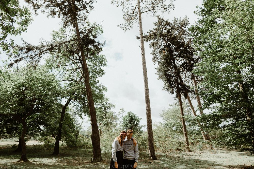 Séance couple - Séance d'engagementbois - Haute Savoie - La Bohème Photographiecouple vintage haute savoie lac