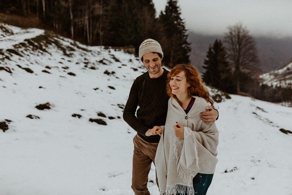 Séance engagement à la montagne - le gîte du passant au reposoir - Haute-Svoie- Annecy- La Bohème Photographie