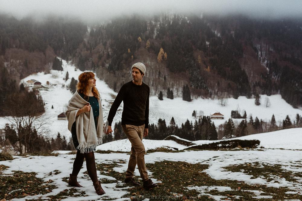 Séance engagement à la montagne - le gîte du passant au reposoir - Haute-Svoie- Annecy- La Bohème Photographievillage de montagne Le Reposoir - Séance d'engagement à la montagne - La Boheme photographie - Haute-Savoie