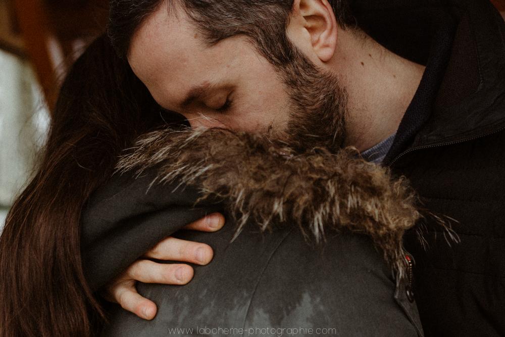 séance engagement au lac d'Annecy - pluie - La bohème Photographie - couple
