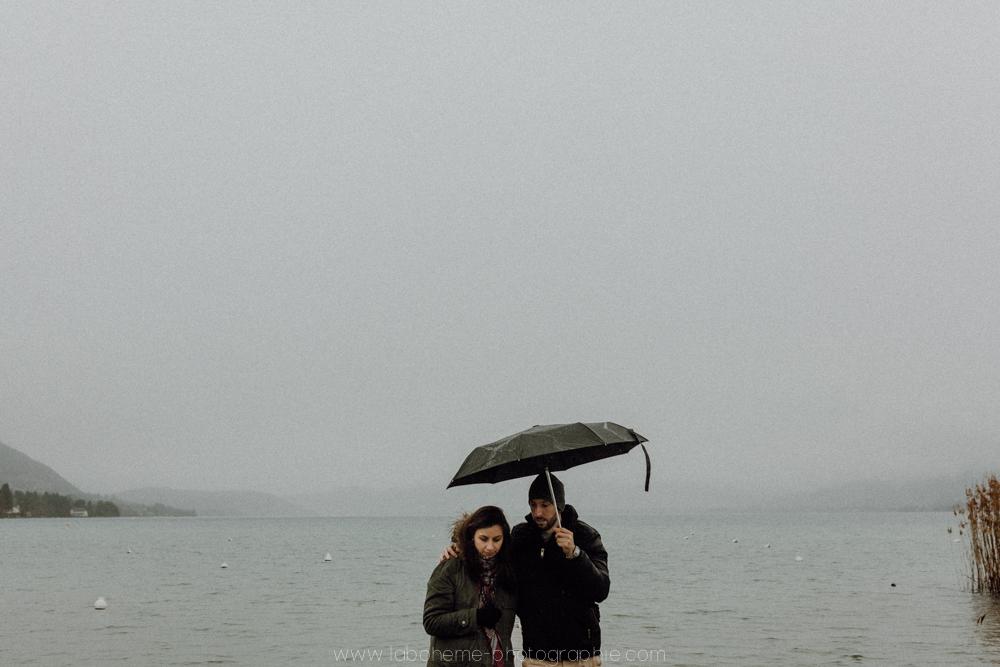 séance engagement au lac d'Annecy - pluie - La bohème Photographie