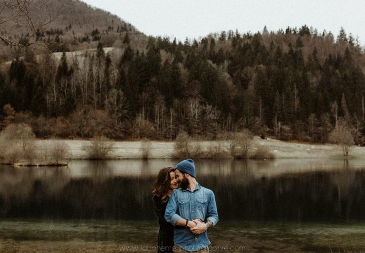 seance couple devant un lac de montagne savoie