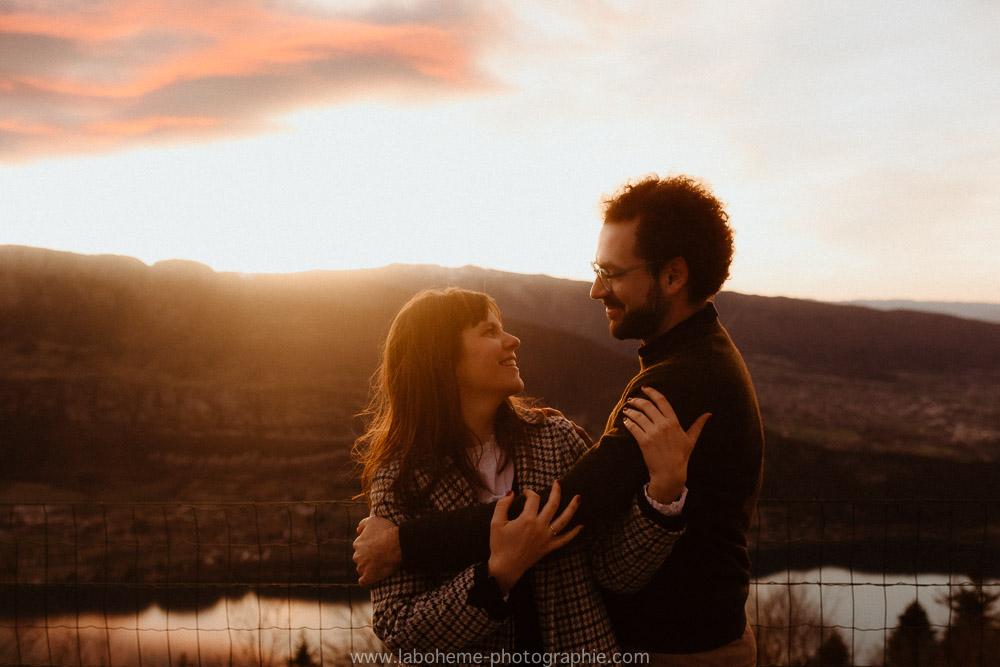 seance couple coucher du soleil a la montagne